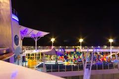 Przylądek Canaveral, usa - Maj 02, 2018: Otwarty pokład w nighttime Gigantyczna statek wycieczkowy oaza morza Królewskim Karaiby Zdjęcie Royalty Free