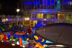 Przylądek Canaveral, usa - Maj 02, 2018: Otwarty pokład w nighttime Gigantyczna statek wycieczkowy oaza morza Królewskim Karaiby Obraz Royalty Free
