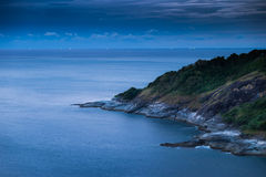 Przylądek plaża przy nocą, morzem, wciąż światłem od łodzi rybackiej, i Obraz Stock
