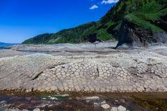 Przylądek Stolbchaty Przylądek na zachodnim wybrzeżu wyspa Kunashir Ja komponuje warstwy basaltic lawy Mendeleyev obrazy royalty free