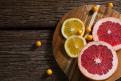 Przylądka agrest z pokrojoną gronową owoc i słodką cytryną na stole Zdjęcie Royalty Free