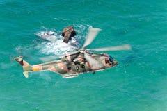 PRZYLĄDEK CABO DA ROCA PORTUGALIA, LIPIEC, - 30: Militarny helikopter bierze Zdjęcia Royalty Free