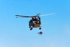 PRZYLĄDEK CABO DA ROCA PORTUGALIA, LIPIEC, - 30: Militarny helikopter bierze Obraz Royalty Free