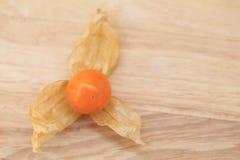 Przylądka agrest, jesieni owoc na brown drewnianym tle Fotografia Stock