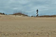 Przylądka Hatteras latarnia morska za diunami Zdjęcie Stock
