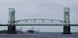 Przyl?dka strachu pomnika most w Wilmington, NC fotografia royalty free