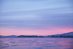 Przylądka Uyuga zmierzchu krajobraz Jeziorny Baikal, zima Zdjęcia Royalty Free