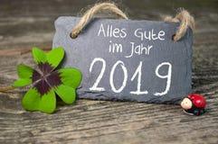 Przylepia etykietkę znaka i chalkboard z Szczęśliwą nowy rok nowy rok wigilią z 2019 i shamrock fotografia royalty free