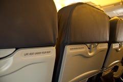 Przymocowywa pasa bezpieczeństwa znaka z tyłu siedzenia od samolotu  zdjęcie royalty free