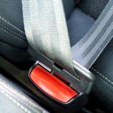 Przymocowywa pasy bezpieczeństwa w samochodzie dla bezpieczeństwa Zdjęcia Royalty Free