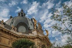 Przynosząca dekoracja kopuła i złote statuy na petit palais buduje wierzchołek w Paryż obrazy royalty free
