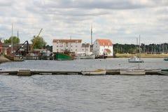 Przypływów jachty na Rzecznym Deben w Woodbridge i młyn zdjęcia stock