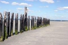 Przypływów markiery na wyrzucać na brzeg krajobraz zdjęcie stock