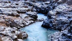 Przypływy siklawy pokrywa z śniegiem w miastowym Iceland zbiory