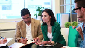 Przypadkowa biznes drużyna mówi wpólnie podczas spotkania zdjęcie wideo