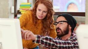 Przypadkowa biznes drużyna patrzeje komputer zdjęcie wideo