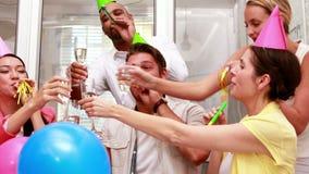 Przypadkowa biznes drużyny odświętność z szampanem zdjęcie wideo