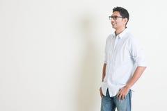 Przypadkowa biznesowa Indiańska męska patrzeje strona Fotografia Royalty Free