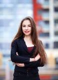 Przypadkowa biznesowa kobieta z rękami krzyżować i ono uśmiecha się Zdjęcia Stock