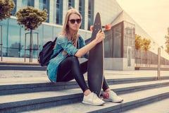 Przypadkowa blond kobieta w okularach przeciwsłonecznych i drelichowej koszula Obrazy Stock