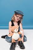 Przypadkowa dzieciak dziewczyna bawić się z misiem Zdjęcia Royalty Free