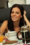Przypadkowa dziewczyna w domu bierze śniadanie Obraz Royalty Free