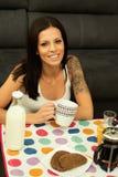 Przypadkowa dziewczyna w domu bierze śniadanie Zdjęcie Stock