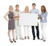 Przypadkowa grupa ludzi trzyma billboard Zdjęcie Stock