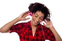 Przypadkowa kobieta gubjąca w przyjemnym muzykalnym świacie Obraz Royalty Free