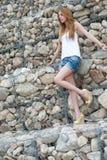 Przypadkowa kobieta opiera na ogromnej skały ścianie Zdjęcie Royalty Free
