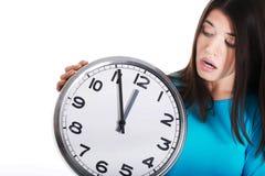 Przypadkowa kobieta trzyma zegar. Obrazy Stock