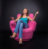 Przypadkowa młoda kobieta słucha odtwarzacz mp3 Obrazy Royalty Free
