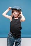 Przypadkowa małe dziecko dziewczyna patrzeje daleko od w szkłach Zdjęcie Royalty Free