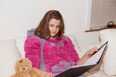 Przypadkowa nastoletnia dziewczyna z notepad na leżance zdjęcie royalty free