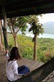 Przypadkowa szczęśliwa kobieta relaksuje na hamaku w z seaview od viepoint, Krabbi wyspa, Tajlandia Zdjęcie Royalty Free
