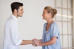 Przypadkowe biznesowej kobiety chwiania ręki z mężczyzna Zdjęcia Royalty Free