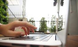 Przypadkowe biznesowej kobiety pracy Wręczają pisać na maszynie na laptop klawiaturze Fotografia Royalty Free