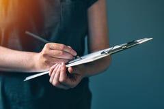 Przypadkowe dorosłej kobiety writing notatki na notepad tapetują Fotografia Royalty Free