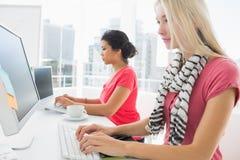 Przypadkowe młode kobiety używa komputery w biurze Obraz Royalty Free