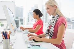 Przypadkowe młode kobiety używa komputery w biurze Zdjęcie Stock