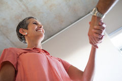 Przypadkowe uśmiechnięte bizneswomanu chwiania ręki Zdjęcie Royalty Free