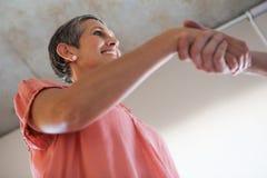 Przypadkowe uśmiechnięte bizneswomanu chwiania ręki Obrazy Stock