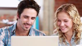 Przypadkowego biznesu drużynowy używa laptop przy biurkiem zbiory