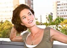 przypadkowego portreta ładna uśmiechnięta kobieta obraz stock