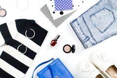 Przypadkowego stylu kobieta odzieżowa i mod akcesoriów mieszkanie nieatutowy Modni wzory i druku pojęcie Odgórny widok Zdjęcie Stock