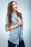 Przypadkowego stylu młoda kobieta pozuje na pracownianym tle Zdjęcie Royalty Free