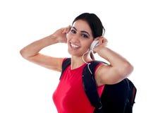 przypadkowej dziewczyny słuchająca muzyka modny Zdjęcie Royalty Free