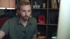Przypadkowej pracownik twarzy przyglądający komputer w biurze Modnisia mężczyzna pracuje w studiu zbiory