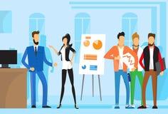 Przypadkowi ludzie biznesu Grupowego prezentaci trzepnięcia mapy finanse, biznesmeni Zespalają się Stażowego Konferencyjnego spot ilustracja wektor