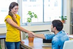 Przypadkowi partnery biznesowi trząść ich ręki Zdjęcia Stock